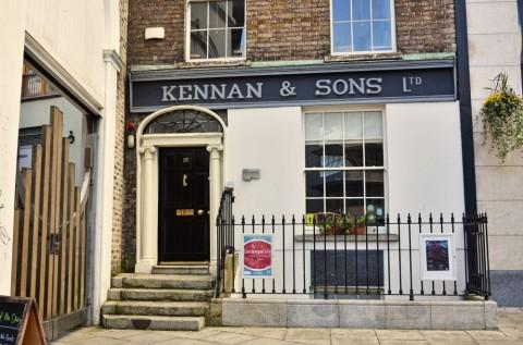"""Die Fishamble Street heute: Wo heute das Büro von Kennan & Sons steht, stand früher die """"New Musick Hall"""", Schauplatz der Uraufführung von Händels """"Messiah"""""""