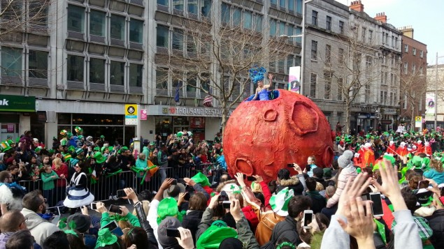 Riesiger Mars auf der Patrick´s Parade Dublin