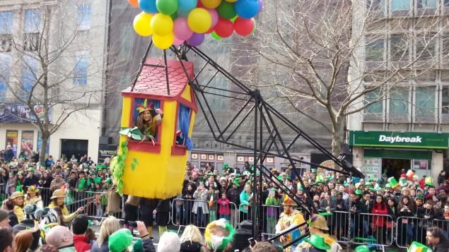 Bunte Luftballons auf der Patrick´s Parade Dublin