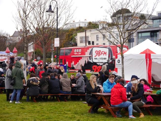 Besucher auf dem Dublin Bay Prawn Festival genossen Dublins Küsten-Garnele