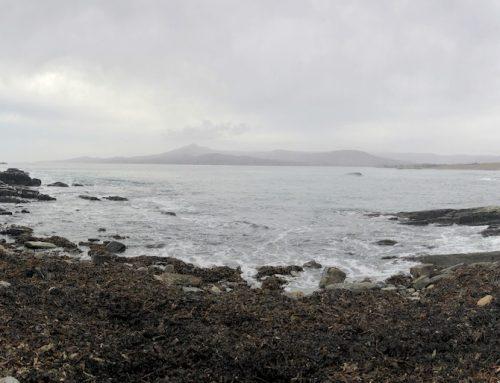 In Irland am Atlantik: Ein Strand aus Felsen und Kieseln